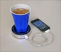 Dispositivo que carga el celular con bebidas frías o calientes