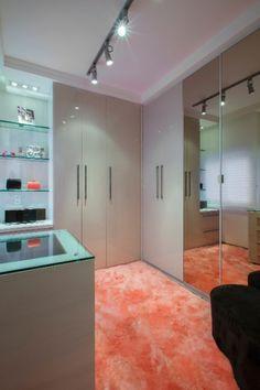 Constituído por módulos em MDF, o espaço projetado pela arquiteta Andréia Carla Médice tem 9,60 m². O closet possui piso de carpete em cor delicada, ilha para acessórios ao centro e, ao lado, o armário com porta de abrir com acabamento em laminado e espelho