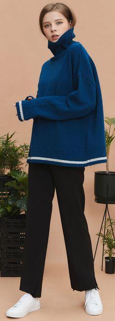 짙은 블루컬러가 돋보이는 램스울 터틀넥. 오버핏 유니섹스제품. Model: 174cm / 47kg / OneSize