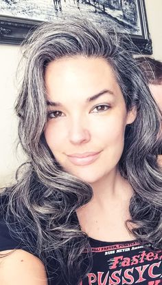 15 gorgeous women that totally rock their premature white hair - Gray Hair - Cheveux Long Silver Hair, Long Gray Hair, Dark Hair, Premature Grey Hair, Going Gray Gracefully, Grey Hair Inspiration, Style Inspiration, Curly Hair Styles, Natural Hair Styles