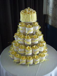 Love the concept of this Frangipani wedding cake & cupcakes ❤️