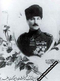 1918-Yıldırım Orduları Grup Kumandanı Tümgeneral Mustafa Kemal'in madalyalarını gösteren bir kartpostal.(31 Ekim-13 Kasım 1918)