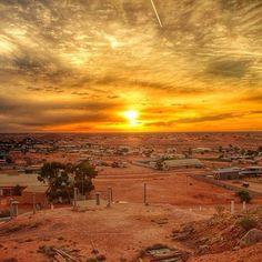 Beautiful outback sunset over Coober Pedy in South Australia. Perth, Brisbane, Melbourne, Australia Landscape, Adelaide South Australia, Land Of Oz, Belle Villa, Tasmania, Thing 1
