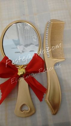 kit espelho e pente decorados para o tema Branca de neve <br>Esse kit pode ser feito em qualquer cor ou tema.. <br>cada kit vem embalados individualmente em saquinhos de organza. <br>Elegância e Sofisticação ao seu alcance!!! <br>o espelho e o pente tem aproximadamente 17 cms cada