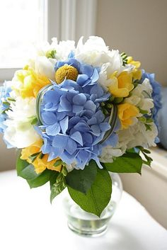 This blue and yellow bouquet is so striking and beautiful.