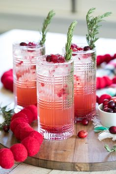 Sparkling Cranberry Gin Holiday Cocktails Gin Cocktail Recipes, Prosecco Cocktails, Refreshing Cocktails, Classic Cocktails, Sangria, Spritz Cookie Recipe, Spritz Cookies, Cookie Recipes, Christmas Cocktails