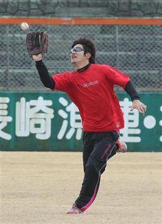 右手にグラブをはめノックをうける阪神・俊介=11日、佐世保野球場