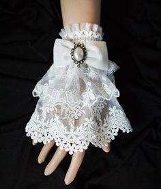 Bracelet manchette en dentelle blanche brodée