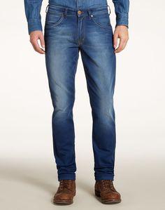 """Unsere Jeans """"Bostin"""" in einer lässigen Waschung für jede Gelegenheit. Diese Jeans in einer mittelblauen Waschung mit gleichmäßigen, eleganten Akzenten sowie Kontrastnaht und -Applikationen ist eine smarte Wahl zu Jeanshemden, grafischen T-Shirts und durchgeknöpften Hemden. Aus angenehm zu tragender Baumwolle mit leichtem Dehneffekt. 99% Baumwolle. 1% Elastan..."""