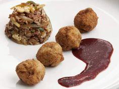 Albondigas de solomillo de cerdo con salsa de uvas y arroz thai