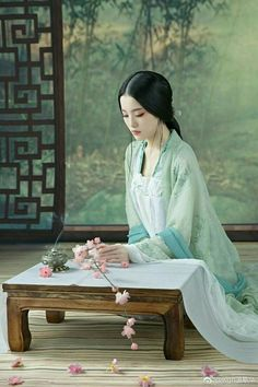 Chinese Traditional Costume, Traditional Dresses, Traditional Art, Chinese Culture, Chinese Art, Chinese Design, Chinese Painting, Art Asiatique, Ancient Beauty