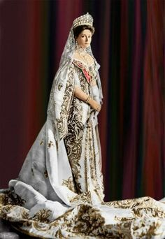Empress Alexandra Feodorovna of Russia.Alix of Hesse, born a granddaughter of Queen Victoria of the United Kingdom, was given the name Alexandra Feodorovna upon being received into the Russian Orthodox Church Alexandra Feodorovna, Vintage Dresses, Vintage Outfits, Vintage Fashion, Historical Costume, Historical Clothing, Tsar Nicolas Ii, Anastasia Romanov, Mode Costume