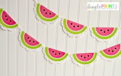 Need some inspiration when it comes to working with doilies? These 60 DIY fabric & paper doily craft ideas will keep you busy crafting for awhile. Paper Doily Crafts, Doilies Crafts, Paper Doilies, Watermelon Birthday Parties, Fruit Party, Doily Garland, Watermelon Decor, Watermelon Fruit, Cards