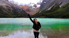 @jovensnomades -  O sorriso descreve o que as palavras não conseguem. Era o maior desejo dela conhecer a Laguna Esmeralda. Dá pra ver no sorriso meigo de Palominha a alegria de um sonho realizado. Esta imagem traduz a suaespontaneidadee beleza natural junto da Laguna Esmeralda. .  . #momentooff #bestvacations #loucospormontanhas #trilheirosdobrasil #trilhasetravessias #vcmochilando#blogueirosdeviagens #travelphoto #travelingram #mytravelgram #traveldeeper #instapassport #wanderlust…