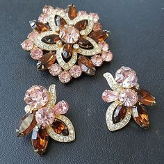 This gold tone Juliana set consists of dog tooth prong amber and aurora borealis all pronged rhinestone set. Open backs on all pieces and secure clip matching earrings with traditional Juliana donut holes. Vintage Costume Jewelry, Vintage Costumes, Vintage Jewelry, Jewelry Stores, Jewelry Box, Diamond Brooch, Antique Earrings, Berg, Vintage Diamond