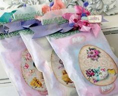 Glassine bags decorated with a pretty egg and ribbon. Cute Gifts, Diy Gifts, Easter Printables, Party Printables, Shabby Chic Crafts, Diy Wedding Favors, Pretty Packaging, Egg Decorating, Easter Crafts