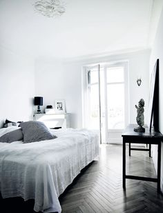 Scandinavian style in Cannes - via Coco Lapine Design White Bedroom, Dream Bedroom, Modern Bedroom, Bedroom Decor, Monochrome Bedroom, Scandinavian Style, Scandinavian Interiors, White Apartment, Danish Apartment