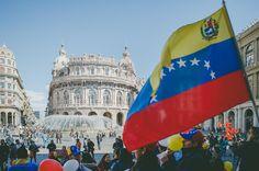 L'attuale Venezuela è una dittatura tiránica.  #SosVenezuela #Genova #Italy  Migliaia di venezuelani in tutto il mondo stiamo vivendo dei momenti molto difficili sentimenti incontrati tra la positività  che ne ha bisogno chiunque decide di cominciare da capo una vita nuova fuori dal proprio paese e la enorme tristeza di aver lasciato dietro una vita famiglia amici che oggi lottano in strada per ricuperare la libertà che 18 anni fà il demone di Chavez ci ha rubato.  Nell'immagine venezuelani…