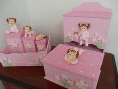 Você poderá personalizar conforme preferir e alterar as cores. Podem ser acrescidas outras peças. Consulte.  O prazo para produção é simbólico. Para maiores informações entrar em contato através do e-mail tatiagape@hotmail.com Na página inicial da loja você encontrará algumas regras que facilitarão suas compras R$201,60 Baby Decor, Kids Decor, Jewelry Box Makeover, Boxes And Bows, Gift Wraping, Kit Bebe, Baby Box, Little Boy And Girl, Clay Baby