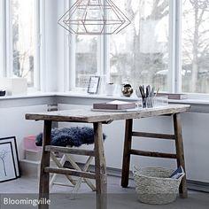 Modernes Design trifft auf Ursprünglichkeit: Ein grober Holztisch und eine Drahtgestell-Leuchte sind zwei Gegensätze, die sich in solch einer Kombination…