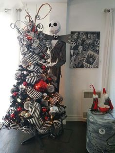 25 Black Christmas Trees That You Can Apply For Halloween Halloween Christmas Tree, Nightmare Before Christmas Decorations, Nightmare Before Christmas Halloween, Unique Christmas Trees, Dollar Store Halloween, Christmas Tree Themes, Diy Halloween Decorations, Disney Christmas, Kids Christmas