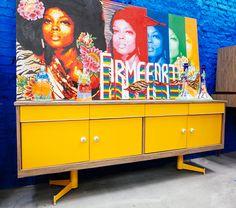 Buffet original dos anos 60, restaurado com acabamento em formica amarela. Ele não é muito alto então pode servir de rack para sua sala de TV. Medidas 200×43/77cm de altura.
