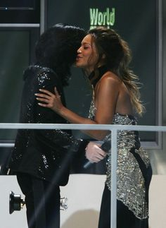 Michael Jackson Photos Photos - Singer Michael Jackson receives the Diamond Award from Beyonce Knowles on stage during the 2006 World Music Awards at Earls Court on November 2006 in London. - World Music Awards 2006 - Show Beyonce World, Michael Jackson Hot, World Music Awards, Michael Jackson Wallpaper, King Of Music, Beyonce Knowles, Queen B, Singer, Celebrities