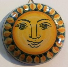 Figura classica del sole su coperchio da appendere a parete. Lo stesso soggetto può essere raffigurato anche su preziosi portaoggetti. Da proporre come ricordino per cerimonie.