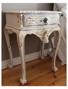 Mesa de cabeceira antiga pintada a branco decapé com dourados