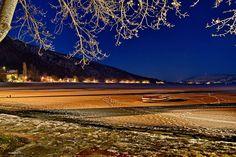 Το απέραντο γαλάζιο και τα φώτα της νύχτας αγκαλιάζουν το απέραντο λευκό της παγωμένης λίμνης.Η ... Mountains, Nature, Travel, Naturaleza, Viajes, Destinations, Traveling, Trips, Nature Illustration
