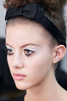 Na Chanel o foco está nos olhos, com uma boca nada e cílios grandes, cortados de forma triangular