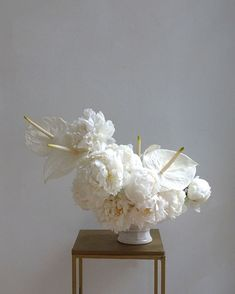 White On White Modern Wedding Flowers 2019 White on White sculptural floral arrangements. Modern wedding flowers perfect for a Spring or Summer wedding. The post White On White Modern Wedding Flowers 2019 appeared first on Floral Decor. Modern Floral Arrangements, Wedding Flower Arrangements, Floral Centerpieces, Wedding Bouquets, Wedding Centerpieces, Wedding Table, Pizza Wedding, Tall Centerpiece, Bridesmaid Bouquets