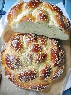 foodwanderings: The Perfect Honey Challah - A Guest Post at Indonesia Eats Kosher Recipes, Cooking Recipes, Bread Recipes, Shabbat Dinner, Honey Bread, Jewish Recipes, Challah, Indonesian Food, Bread Rolls