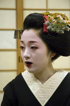 Sakkou 先笄 - Maiko Kotoha 琴葉 from Gionkobu. S)