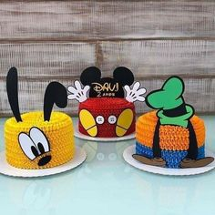Olha que lindo esses bolo com o tema Mickey e seus Amigos! Bolo Do Mickey Mouse, Mickey Mouse Clubhouse Cake, Fiesta Mickey Mouse, Mickey Mouse Parties, Mickey Party, Disney Parties, Pirate Party, Disney Mickey Mouse, Cupcakes Mickey
