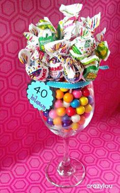 Realiza detalles u obsequios fáciles y económicos usando copas de cristal. Puedes llenarlas de caramelos o golosinas envolviendo con papel...
