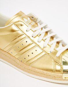 super cute e7a90 25ef9 Imagen 4 de Zapatillas de deporte con diseño dorado metálico estilo años 80  Superstar de adidas