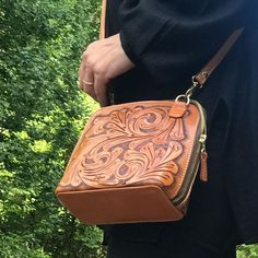 "ALLE Handbags on Instagram: ""Now with 20% off - Small cross body "" Catalina""by ALLE hand tooled leather handbags available in many colors -  FREE SHIPPING USA - SHIP…"" Tooled Leather Purse, Leather Tooling, Leather Purses, Leather Crossbody, Leather Handbags, Crossbody Clutch, Orange Leather, Natural Leather, Hand Tools"