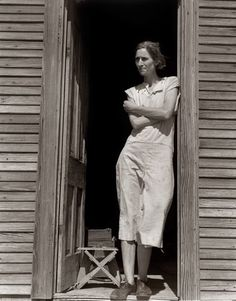 """Photographer Dorothea Lange, June 1938 - Nettie Featherston, laborer's wife with three children near Childress, Texas. """"I just prayed and prayed and prayed all the time that God would take care of us and not let my children starve. Vivian Maier, Vintage Photographs, Vintage Photos, Antique Photos, Vintage Art, Dorothea Lange Photography, Dust Bowl, Great Depression, Documentary Photographers"""