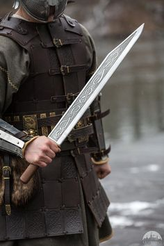 knife making metal Swords And Daggers, Knives And Swords, Katana, Seax Knife, Vikings, Trench Knife, Viking Sword, Medieval Weapons, Knife Sharpening