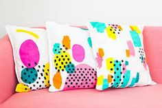Today, we get some inspiration from Masquespacio and their stunning colorful interior design projects to get you the memphis design inspired living room you've Dorm Room Crafts, Diy Room Decor, Bedroom Decor, Memphis Design, Throw Pillows, Body Pillows, Pillow Talk, Pillow Covers, Crafts