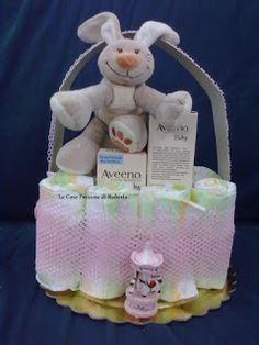 Cestino formato da 10 pannolini - crema corpo, crema cambio pannolini e bagnetto dell'Aveeno - pelouche coniglietto