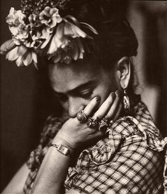 beautiful portrait photography of the artist revealing her more thoughtful serious nature Frida Kahlo Diego Rivera, Frida E Diego, Frida Art, Black White Photos, Black And White, Selma Hayek, Friedrich Nietzsche, Belle Photo, Amazing Women