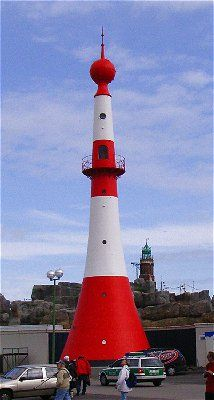"""Unterfeuer Bremerhaven (Foto oben rechts) - 1893 als Stahlturm erbaut, seit 1925 elektrifiziert (Gürtelleuchte), seit 1942 ferngesteuert. Die Leuchtbake wurde 1992 um 56 m auf 10 m höheren Grund versetzt, weil ihr Licht durch die großen Bäderschiffe verdeckt wurde. 26 m hoch. Spitzname: """"Minarett"""" oder """"Zwiebelturm""""."""