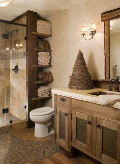 Decoración y ropa de baño para un estilo rústico, ropa de baño de colores marrones y objetos de mimbre