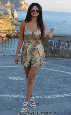 Selena Gomez  enjoys a day off in Ischia with friends http://icelebz.com/events/selena_gomez_enjoys_a_day_off_in_ischia_with_friends/photo2.html