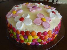 Medzi receptami ktore mi pravidelne prichadzaju na moj email som dostala recept na Red velvet cake. Z tohoto receptu som si zobrala inspiraciu a upiekla som tuto tortu pre moju najmladsiu vnucku. Oslavovala druhe narodeniny presne ako Varecha.