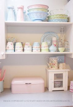 Looking for some great ideas to develop a shabby chic theme inside your new kitchen? Shabby Chic kitchen style has its own origins in traditional English and Shabby Chic Homes, Shabby Chic Style, Shabby Chic Decor, Deco Pastel, Pastel Room, Pastel Decor, Cozinha Shabby Chic, Pastel Kitchen, Green Kitchen
