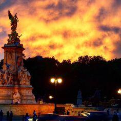 Outside of buckingham palace beautiful sunset. From summer 2014 trip. #sunset #buckinghampalace #london #uk #england #royal #summer #sky #statue #beautiful #memories #vacation #travel by ariana.platt