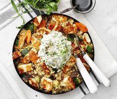 Halloumisallad med citron- och gurkröra | Recept ICA.se Veggie Recipes, Vegetarian Recipes, Cooking Recipes, Healthy Recipes, I Love Food, Good Food, Yummy Food, Healthy Snacks, Healthy Eating